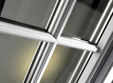 Wienerspröjs är en exklusiv spröjsvariant med spröjs både invändigt och utvändigt. Gammalt utseende trots att fönstret har modernt isolerglas.