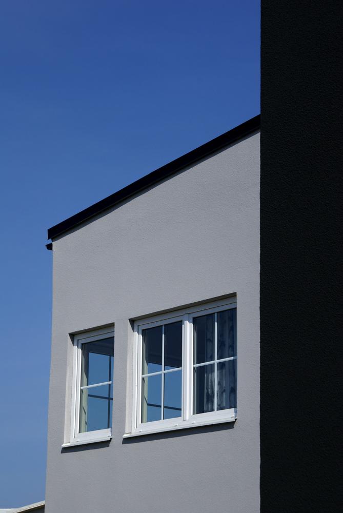 Inåtgående underhållsfria PVC fönster med aluminiumspröjs mellan glasen SP1:1 och SP1:0