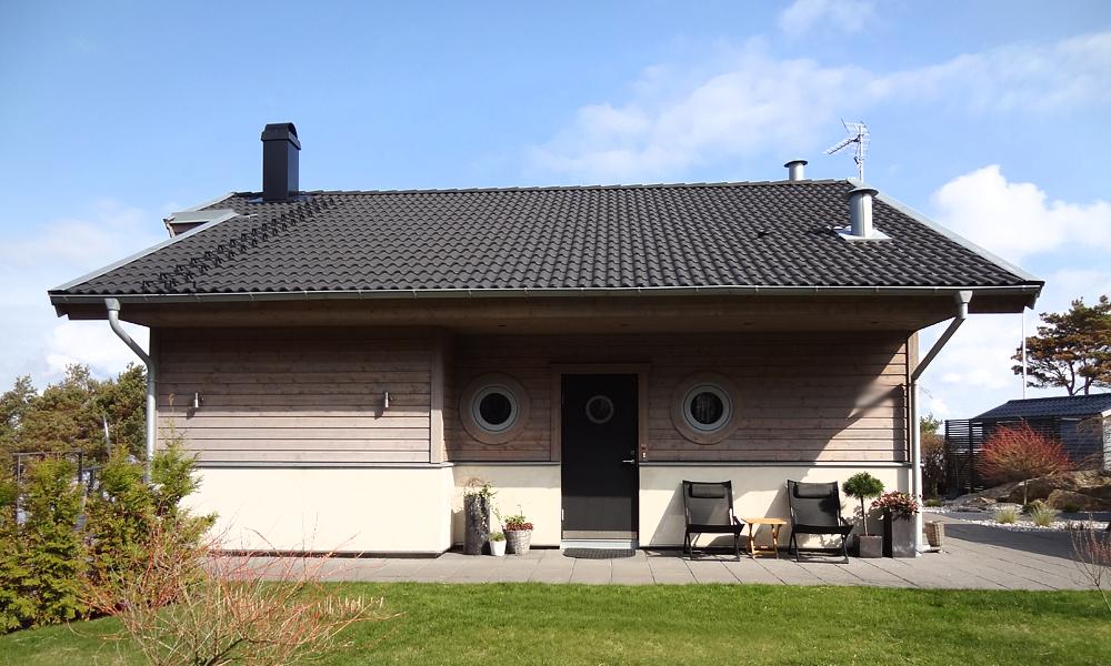 Öppningsbara runda fönster och ytterdörr Slät 100 G05 med rostfri dekor runt glaslist och sparkplåt