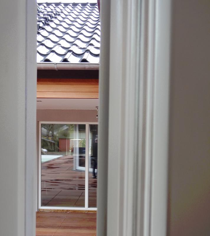 Mittemot vikfönstret är fasta partier i trä/aluminium