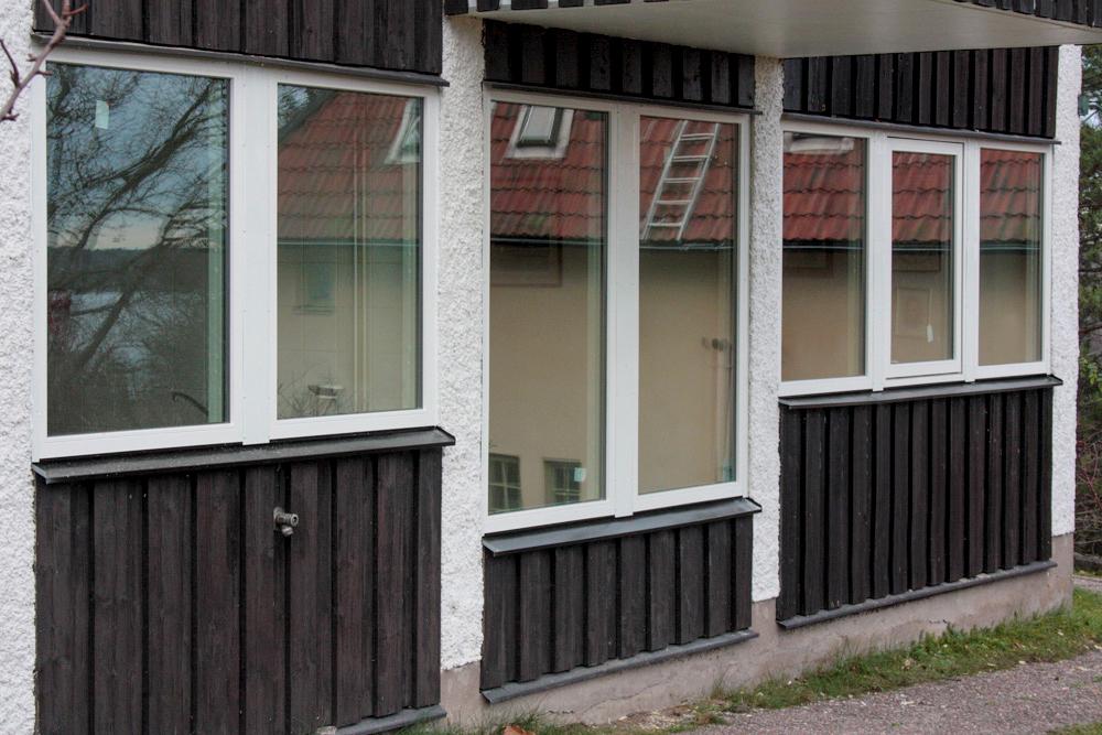 7 fasta fönster och 1 öppningsbart vridfönster TopSwing i trä/alu