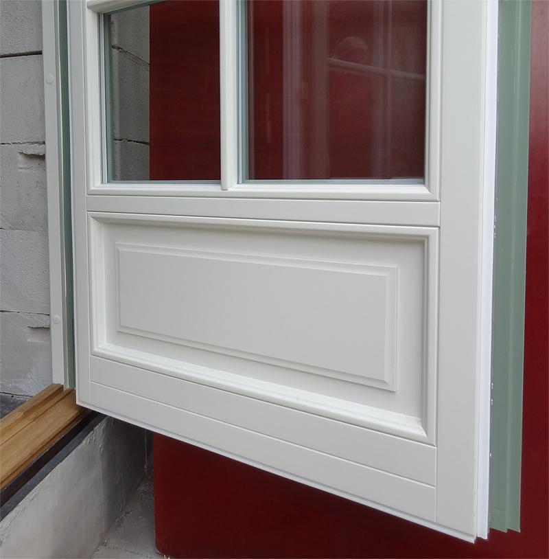 Isolerad fyllning i fönsterdörr med spegel