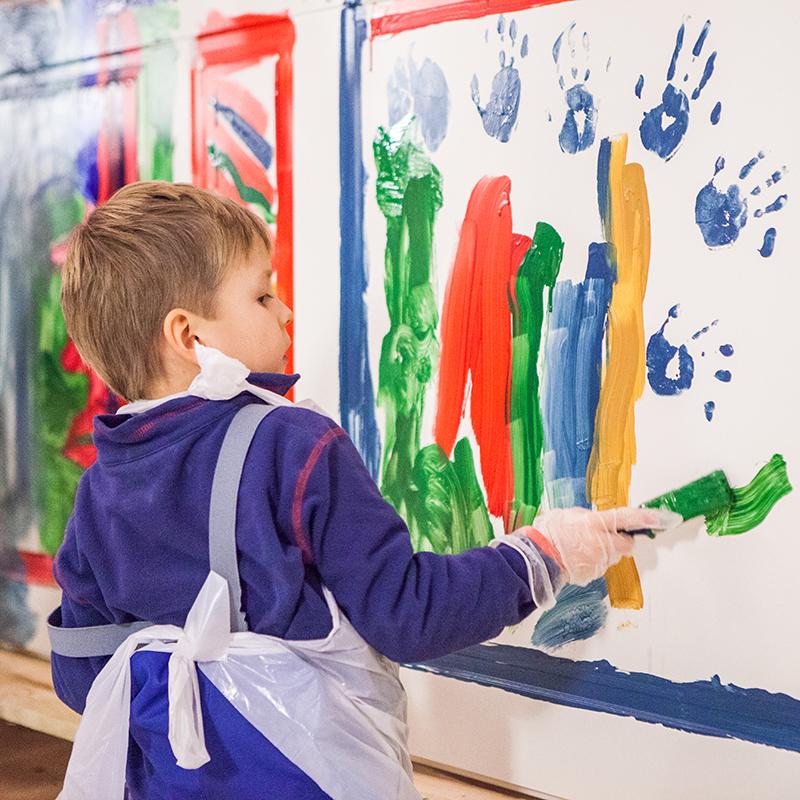 Barn målar på ytterdörr