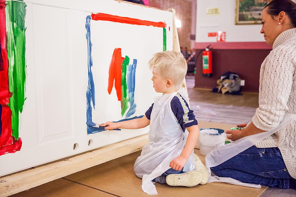 Barn målar ytterdörr