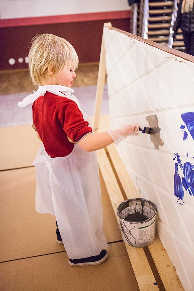 Barnen får måla ytterdörrar