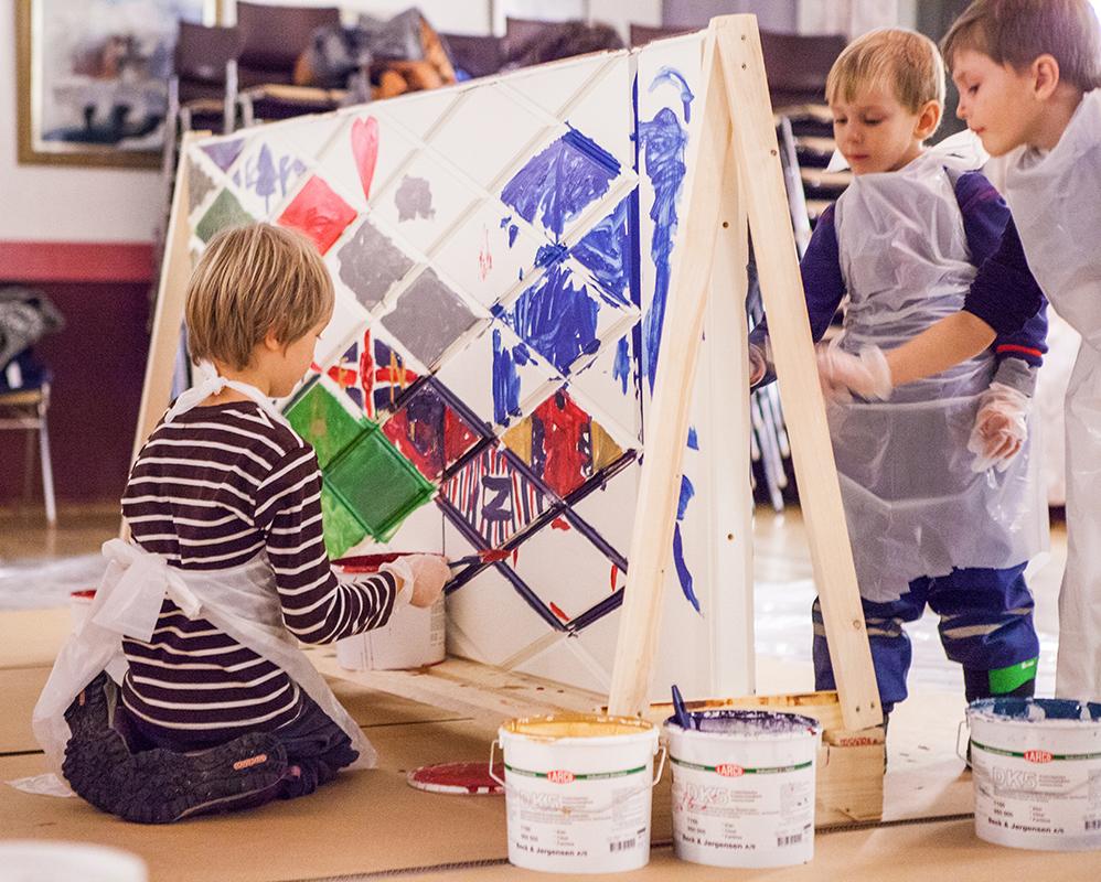 Ekstrands ytterdörr målas av barn