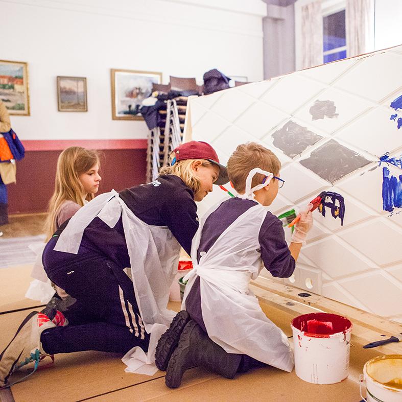Barnen målar ytterdörrar