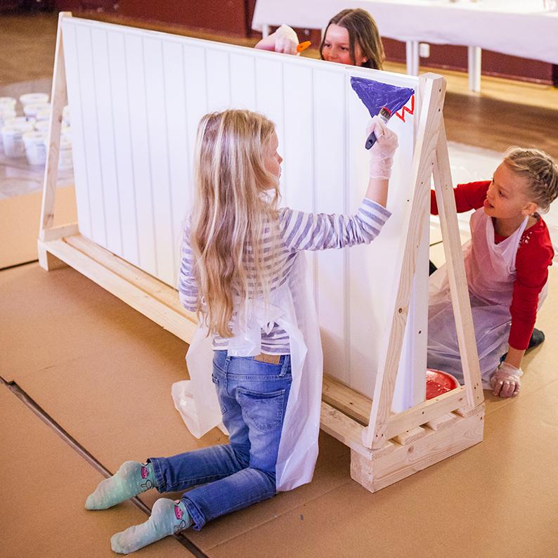 Barn målar ytterdörr med vattenburna färger