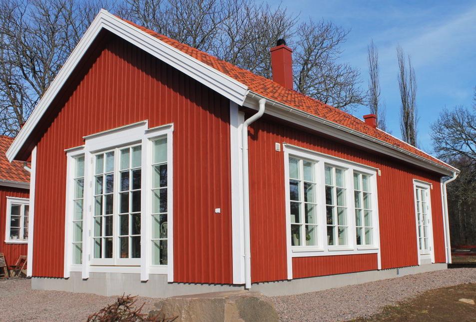 Klassiskt utseende: Utåtgående Sverige104 parfönsterdörr och fasta Sverige104 fönster.