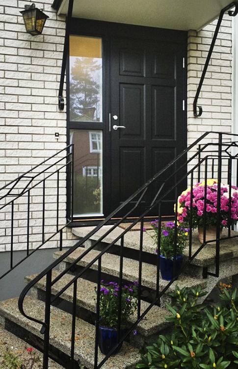 Svart ytterdörr Ascot 300, en av de mest populära dörrarna som  oftast beställs i svart kulör.
