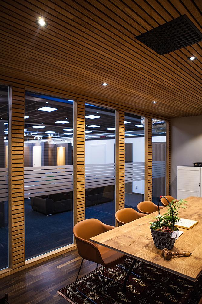 Vårt nya mötesrum med utsikt över innerdörrsutställningen.