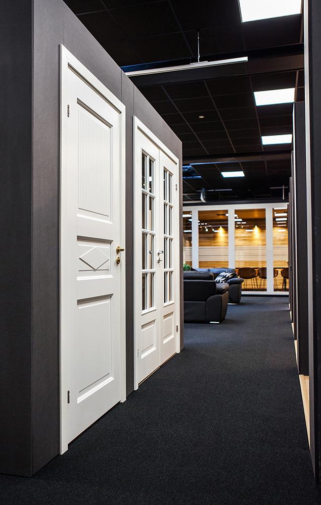 Några av innerdörrarna på display i nya utställningen, vårt mötesrum syns i bakgrunden.