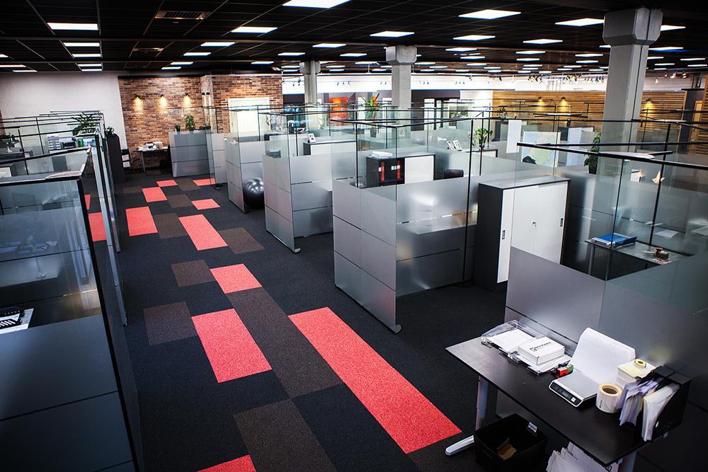 Översikt över det nya kontorslandskapet. En hybrid mellan öppen planlösning och egna kontorsrum.