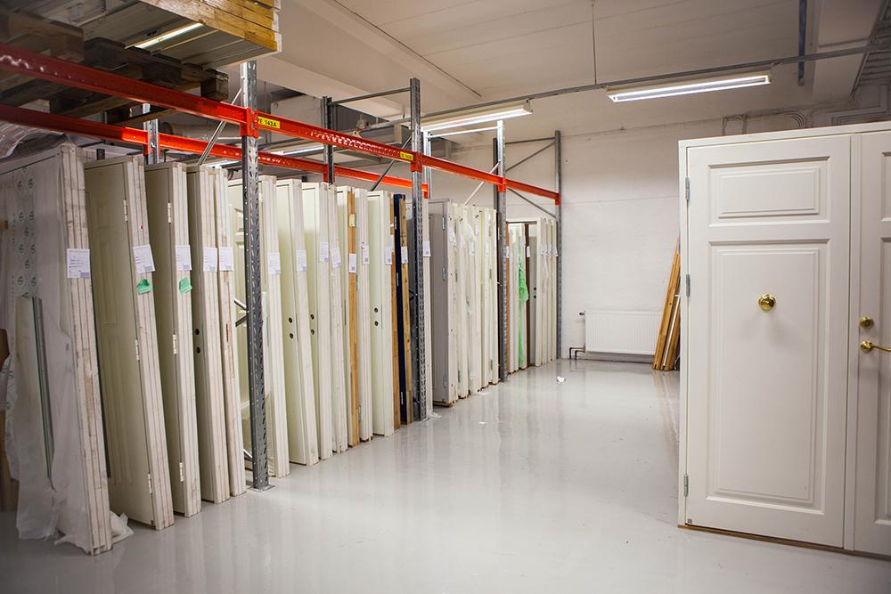 Många dörrar, inklusive pardörrar, finns i vår nya outlet.